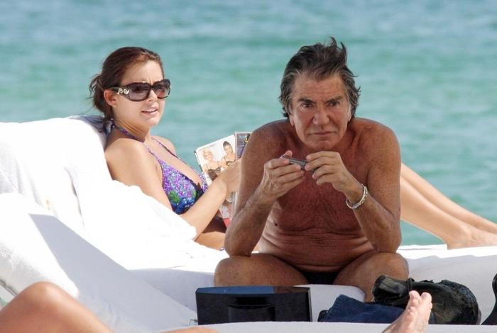 с молодой женой на пляже - 1