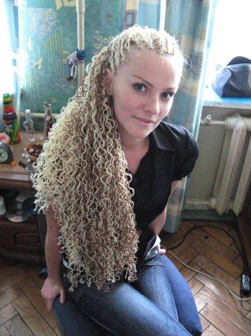 """Французские косички называют еще  """"плетением по коже """" или  """"косичками по..."""