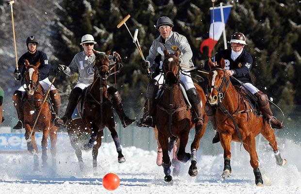Игроки участвуют в поло МЕЖЕВ, Франция.