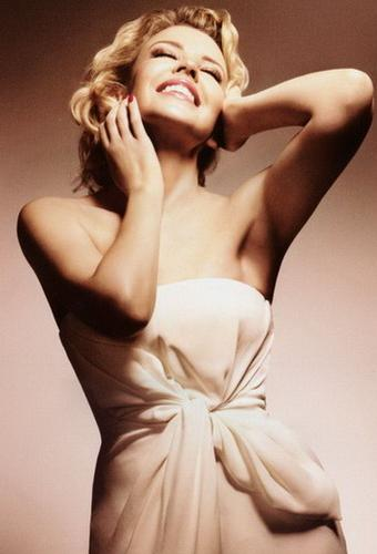 08KylieMinogue-Official_Calendar_2009_august (340x500, 21Kb)