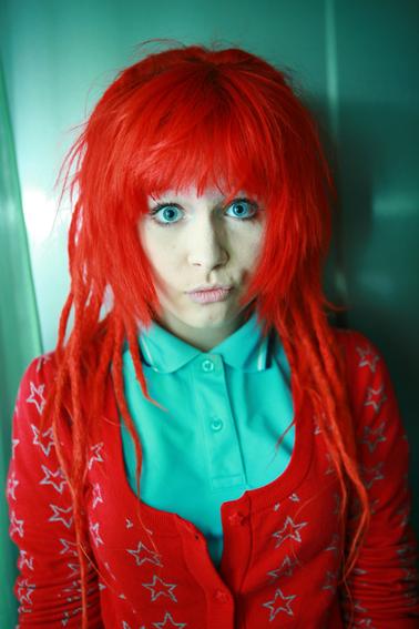 Секси эмо с красными волосами