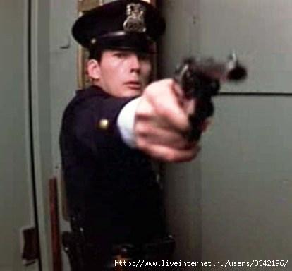 https://img0.liveinternet.ru/images/attach/c/1//53/929/53929581_policeyskiy_s_revolverom.jpg