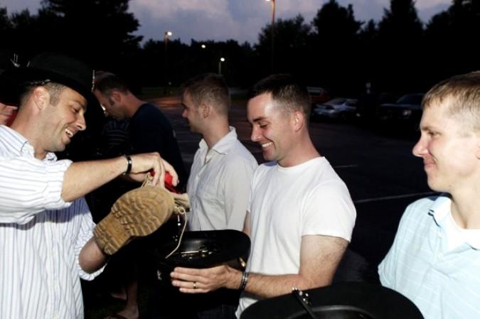 Напитки из шляпы в Форт-Драм, Нью-Йорк, 5 августа 2010 года.