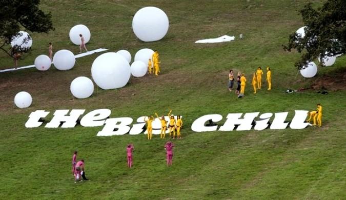 Голая установка американского художника Спенсера Туник на Big Chill фестивале Ближнего Ледбери в Херефордшире, Англия, 8 августа 2010 года.