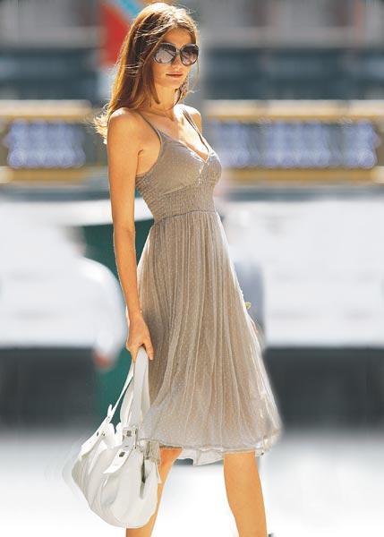 Летнее платье с глубоким V-образным вырезом.  Под грудью и в...