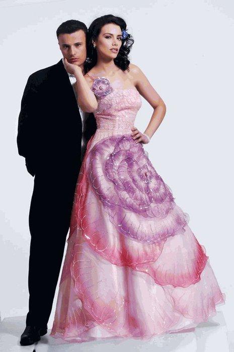 Фото прикольного свадебного платья для невесты с большим цветком.