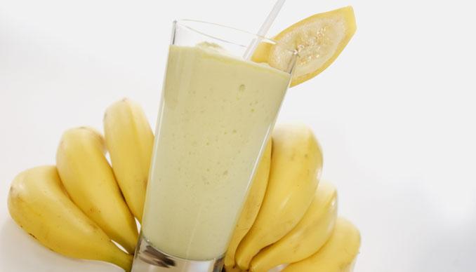 Как Приготовить Молоко смешать с бананами помощью миксера или шейкера.