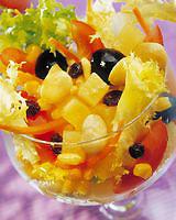 Салат-коктейль подается в больших фужерах.  Легкий салат на скорую руку.