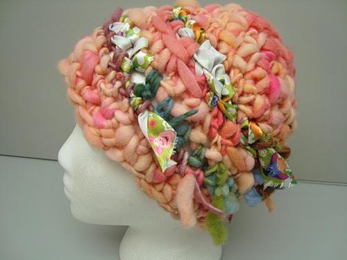 Смотрите подборку оригинальных шапок, связанных крючком в стиле фриформ.