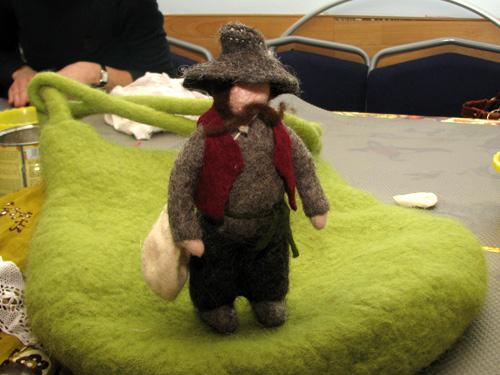 Вот такой мужичок, валяный из шерсти, это кукла, игрушка для детей...