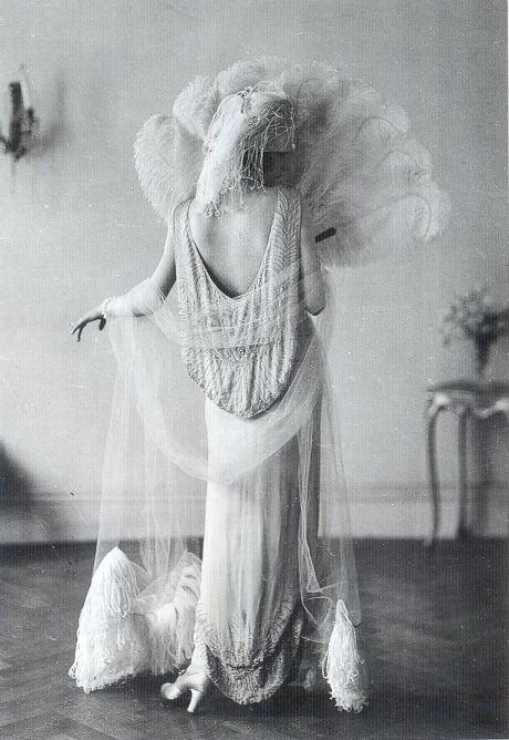 Красивые платья, красивые женщины.  Только маленькая поправочка.