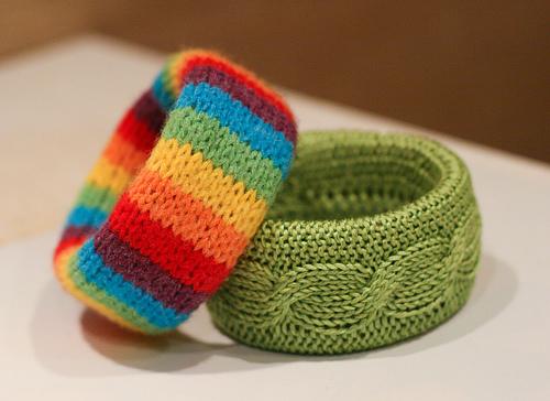 Модные вязанные браслеты.  Об изготовлении читайте.