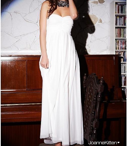 Длинное белое полупрозрачное платье.