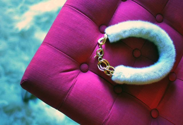 diy-fur-collar-necklace-2-pink-tufted-bench (640x438, 80Kb)