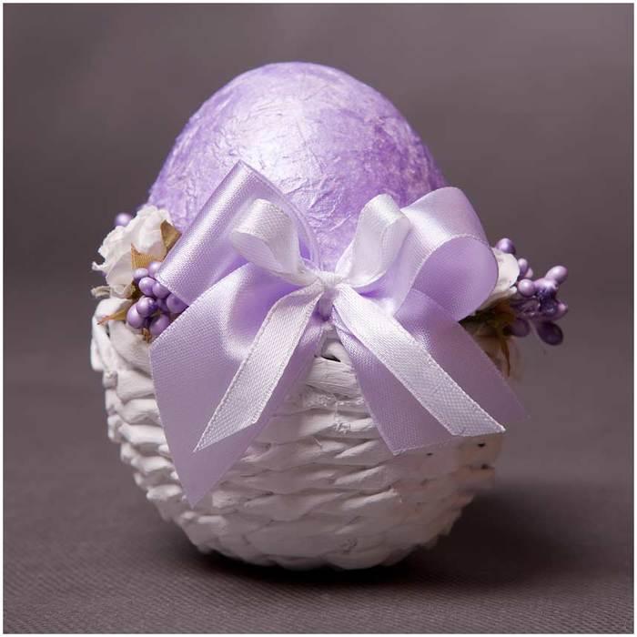Пасхальные яйца в подставке из газетных трубочек