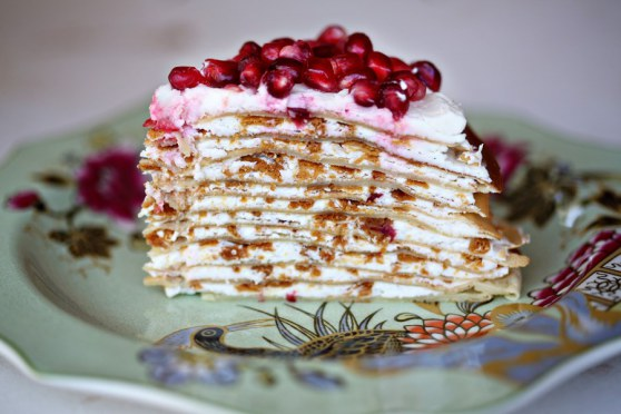 crepe-cake-with-lemon-buttercream-topped-with-pomegranate-seeds (558x372, 51Kb)