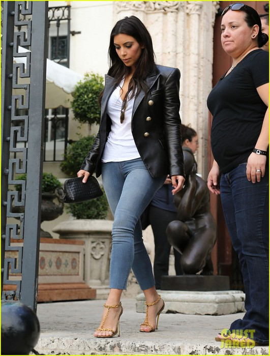 kim-kardashian-greets-lucky-fans-camped-out-to-meet-her-01 (531x700, 103Kb)