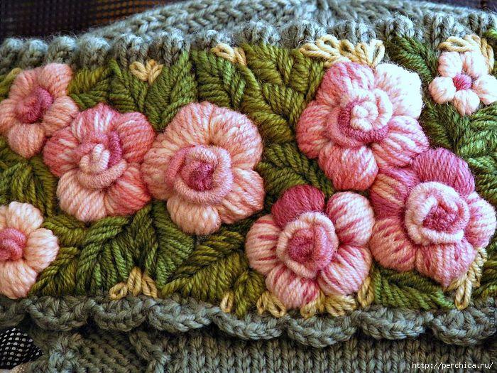 Вышитые розы на вязаном изделии