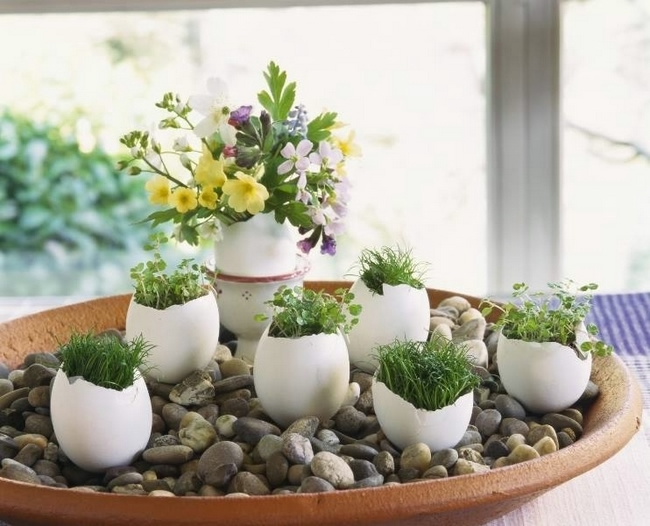 diy-spring-easter-home-decorating-ideas-egg-shell-vases-pebbles-flowers-cress-grass (650x526, 190Kb)