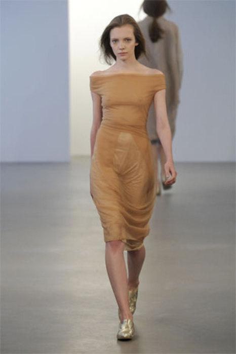 Одела сарафан на голое тело кажется