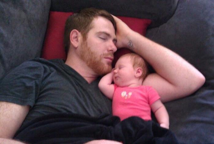 сосет дочь пока ему спит папа