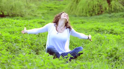 stock-footage-beautiful-young-woman-outdoors-enjoy-nature-healthy-smiling-girl-enjoying-nature-in-green-grass (400x224, 20Kb)