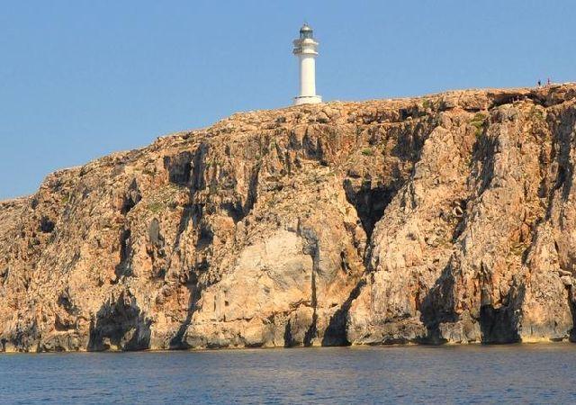 Древние мегалиты на мысе Барбариа (Es Cap de Barbaria), датируемые 2000 г. до н.э (640x450, 289Kb)