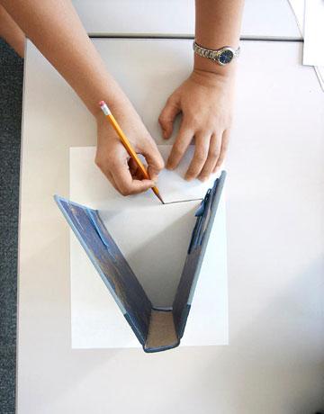 Este será o revestimento da nossa bolsa. Dobramos para o lado errado 1 1 cm de tecido, fixamos com alfinetes e passamos a ferro.