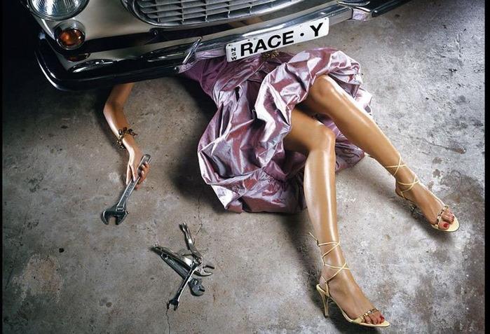 Голая девушка чинит автомобиль, как ебать армян
