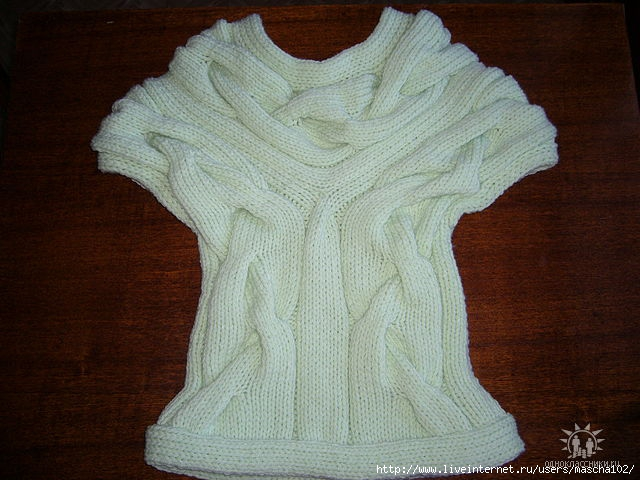 вязаное безрукавка с дырочками спицами из толстой пряжи.