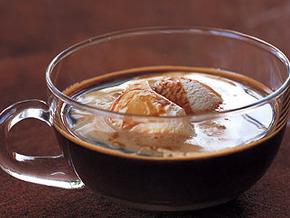 Читать рецепт: Аффогато (кофе с ликером и мороженым) полностью.