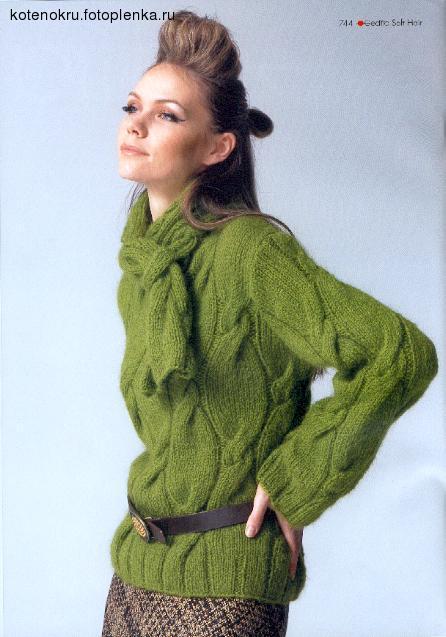 Длинный вязаный свитер бежевого цвета с узором из кос.