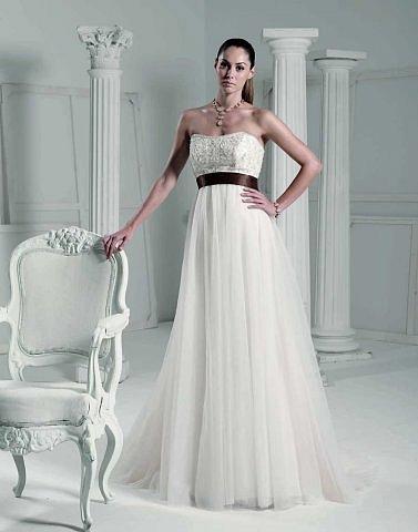Все короткие платья а-ля кабаре, что видела в нашем городе на невестах...