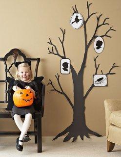 Силуэты в духе Хэллоуин на вашем гараже и на стеклянной двери.