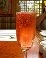 Готовим коктейли: Малиновое шампанское.