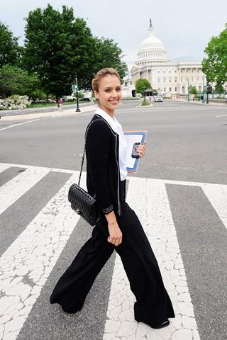 Джессика Альба и сумка Chanel 2.55.