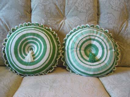 Подушки, связанные крючком. как связать подушку спицами. вязаные манишки.