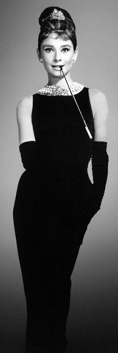 """4. Одри Хэпберн и черное платье из  """"Завтрака у Тиффани """""""