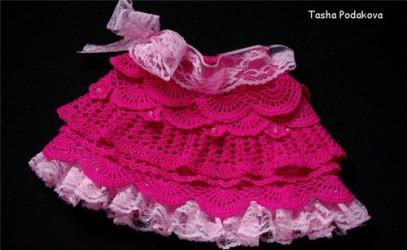 Малиновая юбочка с рюшами для девочки крючком.