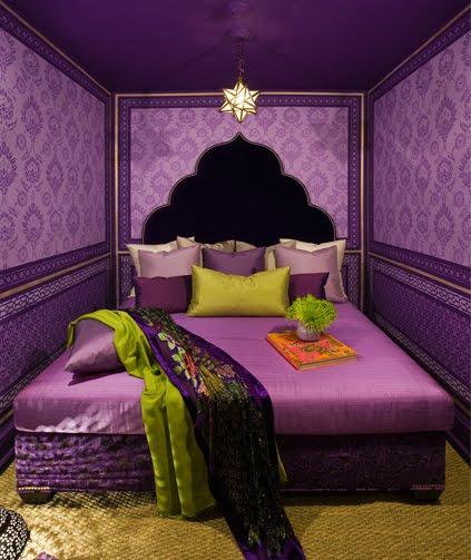 Ярко-фиолетовые обои прекрасно сочетаются с желтыми деталями интерьера.