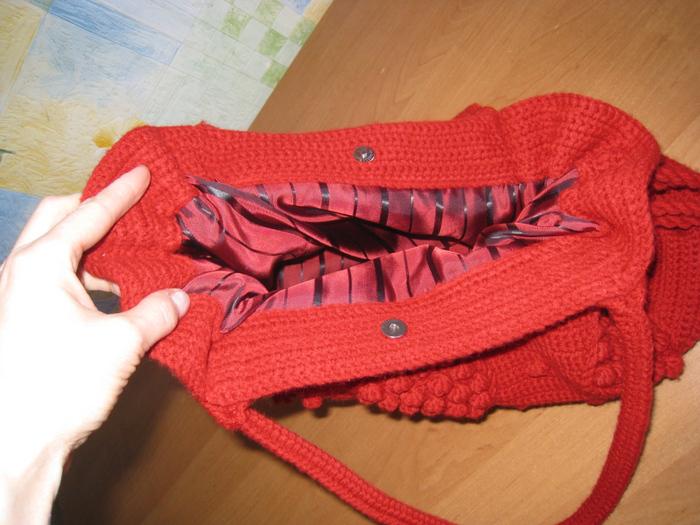 Для смены погодных температур к сумке связала ободок на голову и шапку.