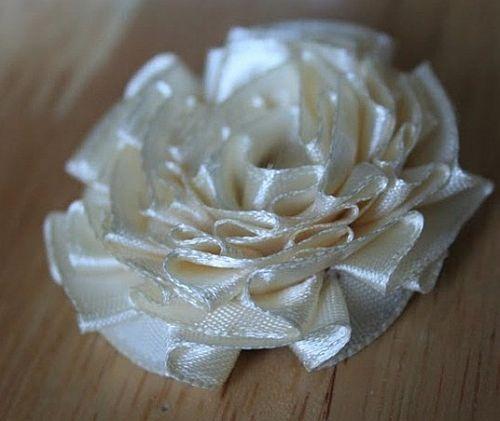 Рердце и цветы из атласных лент на белом фоне, фото.