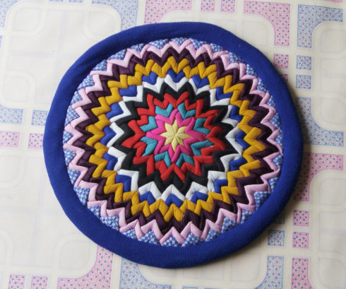 Оригинальный коврик из кусочков ткани.