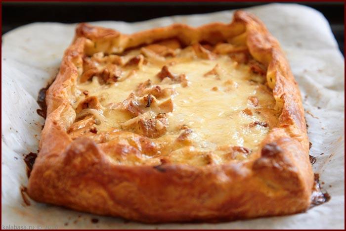 Пирог с грибами, сметаной и сыром