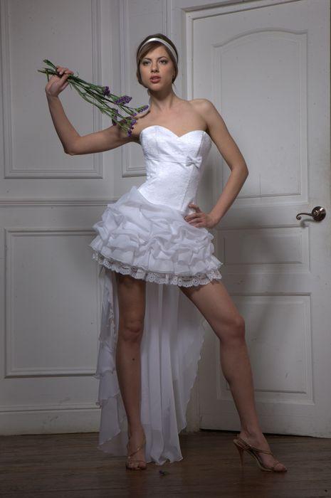 Озорное короткое свадебное платье.  Цвета: белый, шампань.