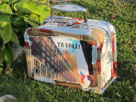На фото показан пример, как можно сделать декупаж чемодана своими.