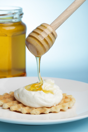 мёд/4278666_4968373597_bc84819750_Waffle_with_Greek_yogurt_and_honey_M (333x500, 74Kb)
