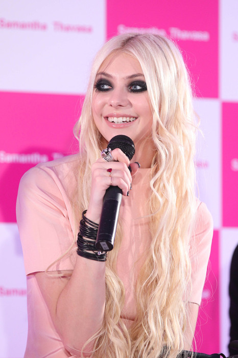 10842_Preppie_Taylor_Momsen_at_the_Samantha_Thavasa_event_in_Tokyo_3_122_374lo (466x700, 87Kb)