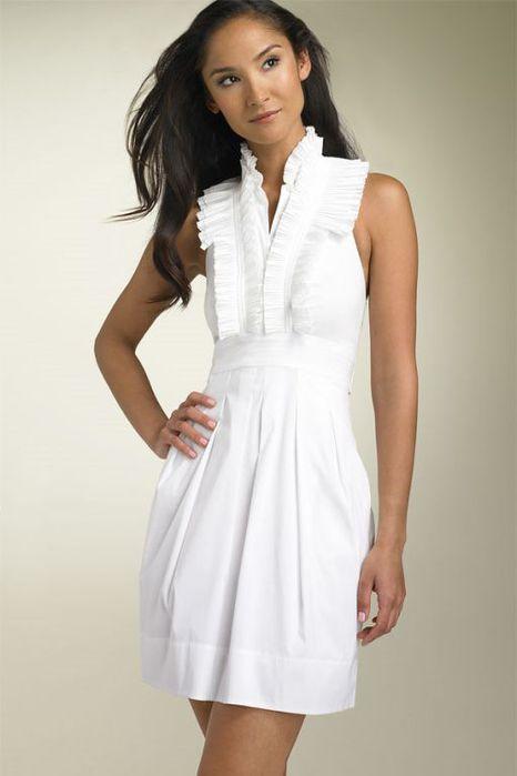 Предлагаю, МБП, или маленькое белое платье - самый беспроигрышный.