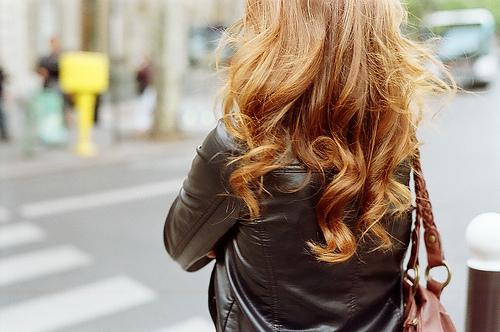 Девочка со спины русые волосы